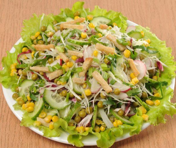 ПОНАДОБИТСЯ: 1/2 кочана молодой капусты по 1/2 пучка шпината, зеленого лука и редиса 2 огурца по