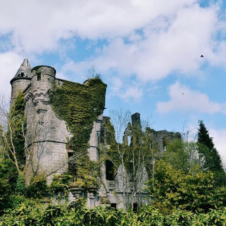 В заброшенном замке Бьюкенен (Стерлингшир, Шотландия) время от времени устраивают себе лаундж-привал