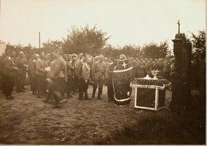 Офицеры и солдаты отряда во время молебна.