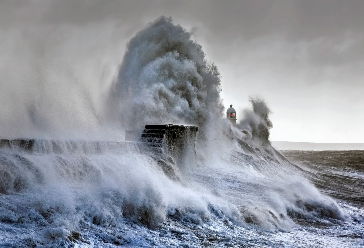 Photographer Spends Years Documenting Immense Storm Waves that Crash Against the Porthcawl Lighthouse (9 pics)