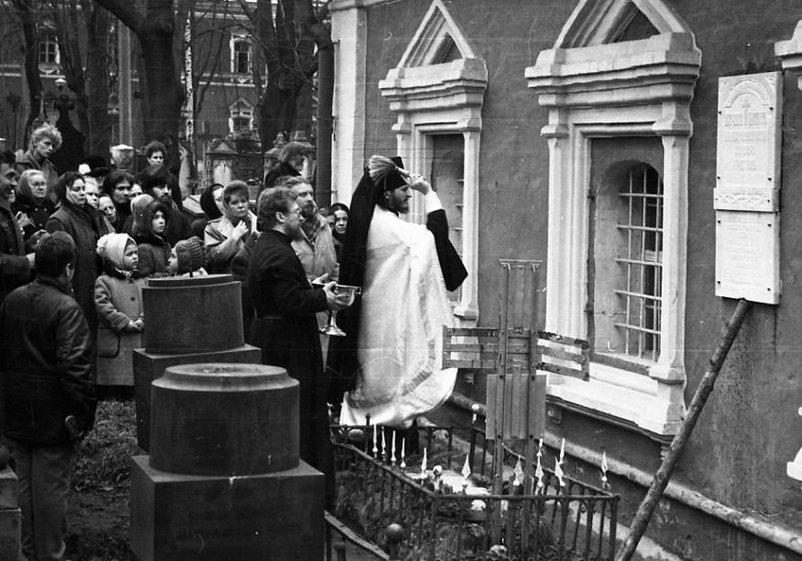Сатанисты в Донском монастыре публично надругались над памятью миллионов убиенных Христиан. 0_1c8c54_80ce26ea_orig