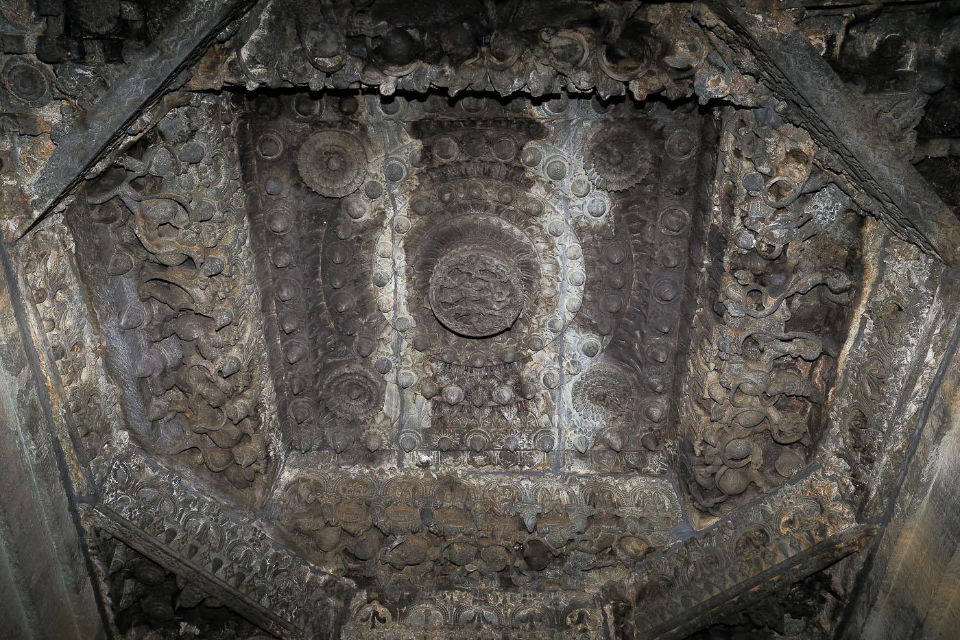 Фотография №17. Храмовый ансамбль Ченнакесава в городе Белур в штате Карнатака в Индии. Свод главного храма. 1/60, 0 eV, f 10, 26 mm, вспышка, ISO 800)