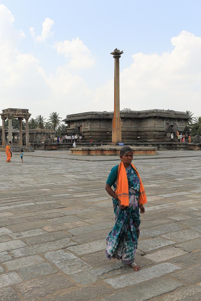 Фотография №25. Стамбха со светильником в храме Ченнакесава. Отзывы туристов об экскурсиях в штате Карнатака в Индии. 1/80, -1 eV, f 10, 35mm, ISO 100.