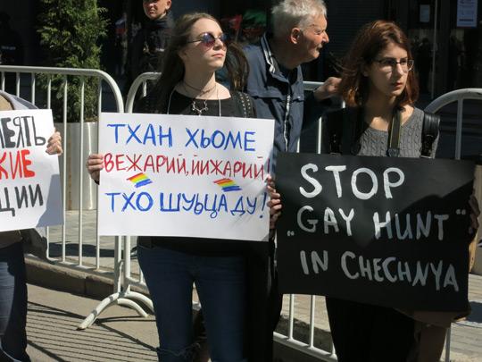 плакаты на чеченском и английском на митинге 6 мая 2017 г., СС0/public domain