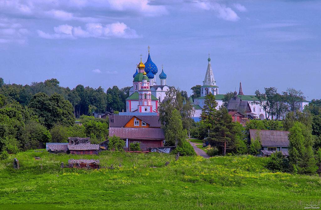 Взгляд на Рождественский собор с объездной дороги.