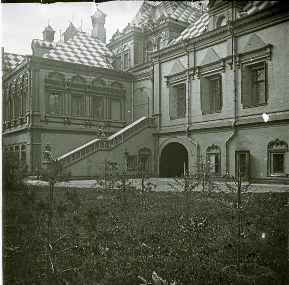 Вид на Юсуповские палаты с Большого Харитонинского переулка