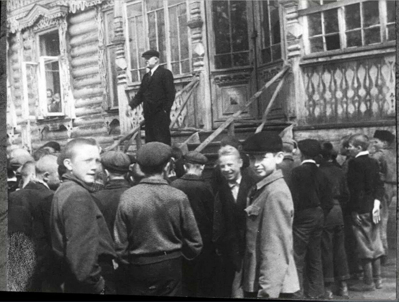 1945. Во дворе Перовской школы №7