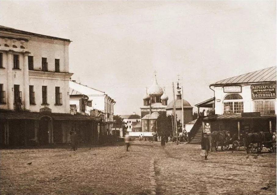 Кремлевская улица и Торговые ряды (справа)