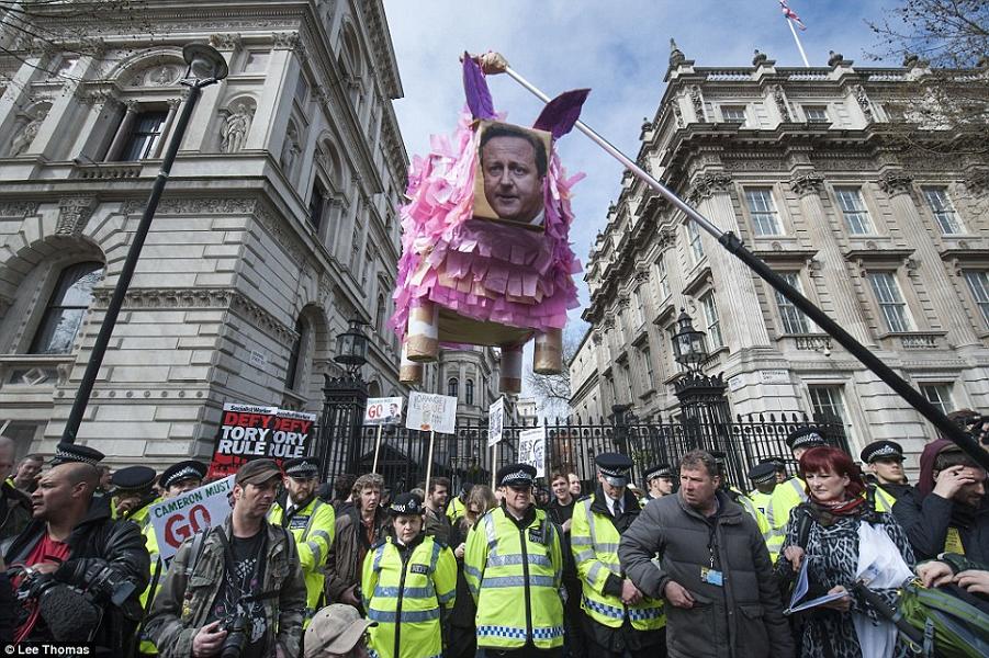 Марш протеста против Кэмерона на Даунинг-стрит.png