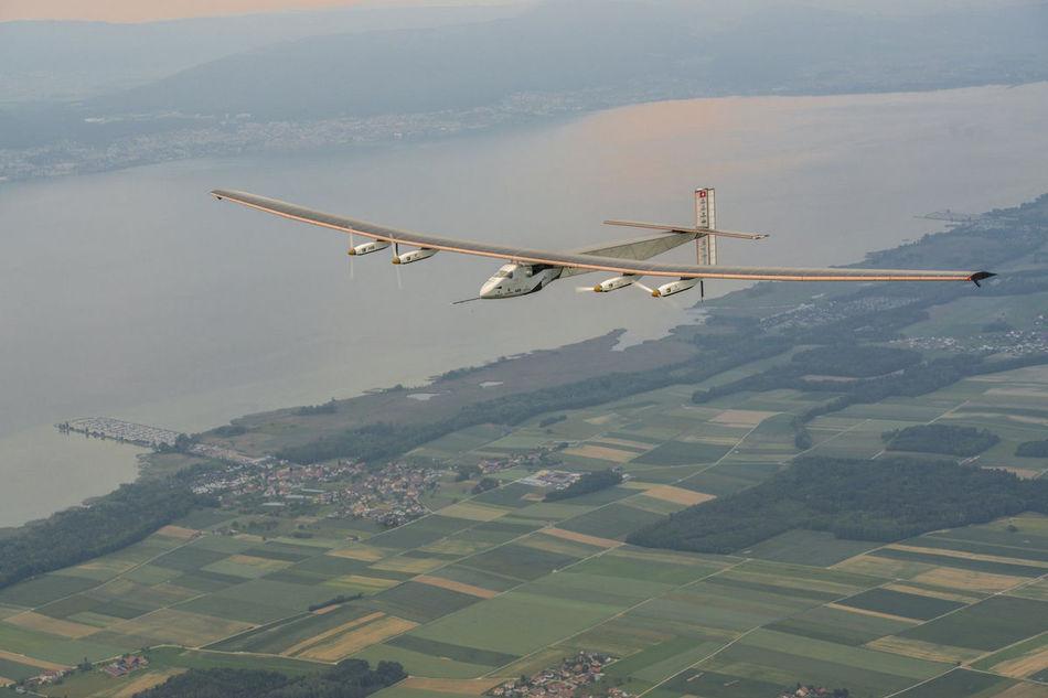 Самолет на солнечных батареях завершил свой эпичный кругосветный перелет