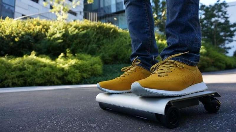 3. Двигатель способен разогнать скутер до 10-12 км/ч Управление WalkCar осуществляется так же, как и