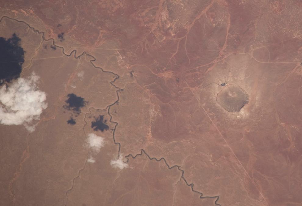 24) Несколько облаков в небе над Аризоной и метеоритный кратер Барринджер вмятина справа. (NASA/JSC)