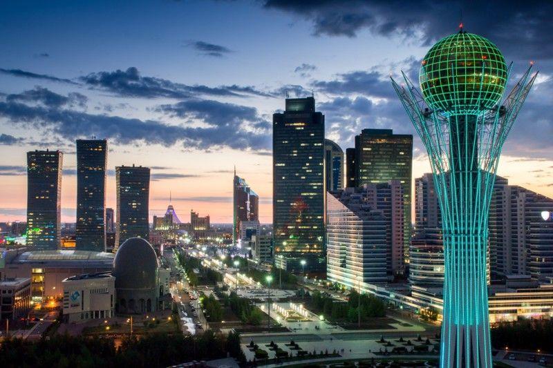 Монумент начали строить в 1996 году, а закончили в 2002. Высота сооружения составляет 97 метров, и э