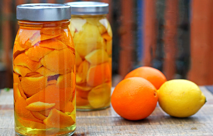 Чаще всего хозяйки апельсиновую цедру выбрасывают, могут иногда использовать её для приготовления цу