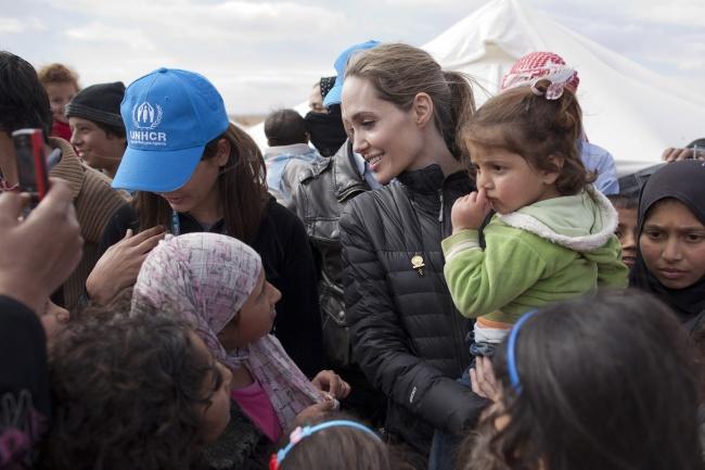 Сложно назвать все благотворительные проекты, вкоторых принимала участие Анджелина Джоли. Она являе