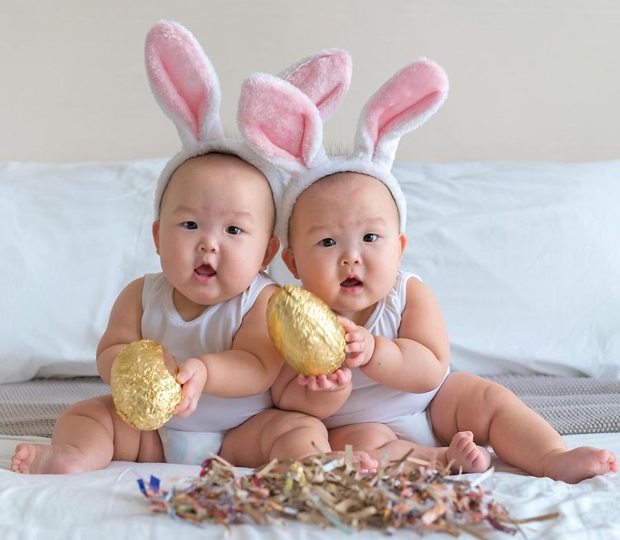 Мама делает замечательные фото дочек-близняшек