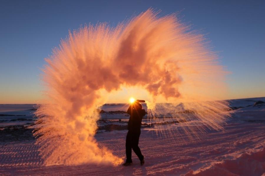 13. Вот что получится, если разлить горячую воду в Антарктиде