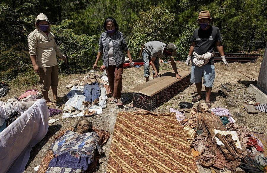 4. Перед тем, как тела умерших одеть в новую одежду, их высушивают и чистят.
