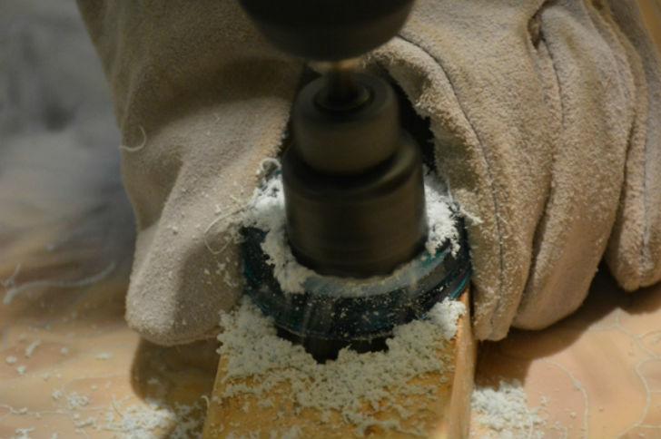 С помощью корончатого сверла высверлить среднюю часть заготовки для дальнейшей обработки.