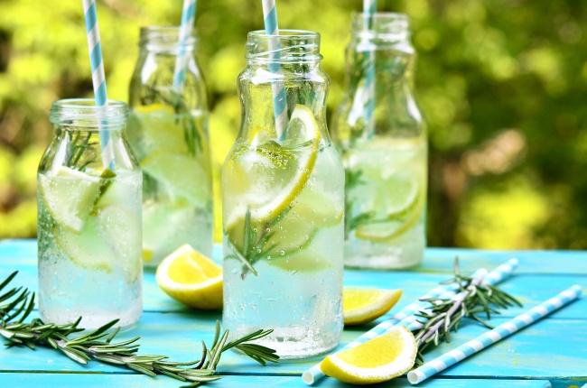 Как сделать лимонад, написано тут. Вам понадобится: 2лимона 200г сахара 1л воды лед Приготовление