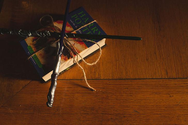 Обычную подушечку для колец заменили на одну из книг серии.