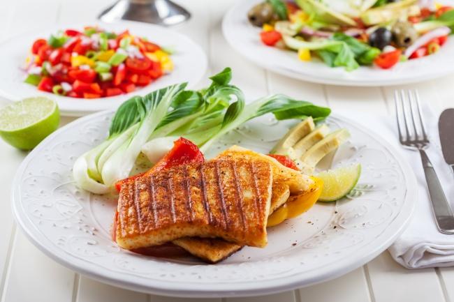Адыгейский сыр на гриле Ингредиенты: 500 г адыгейского сыра 2 зубчика чеснока 1 ч. л. тмина 3 ст. л.