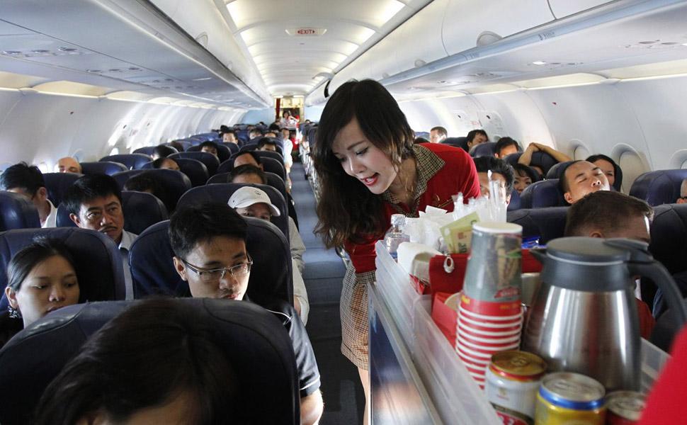 Просите у стюардессы полную банку (упаковку) того напитка, который вы заказали. Скорее всего, вам ее