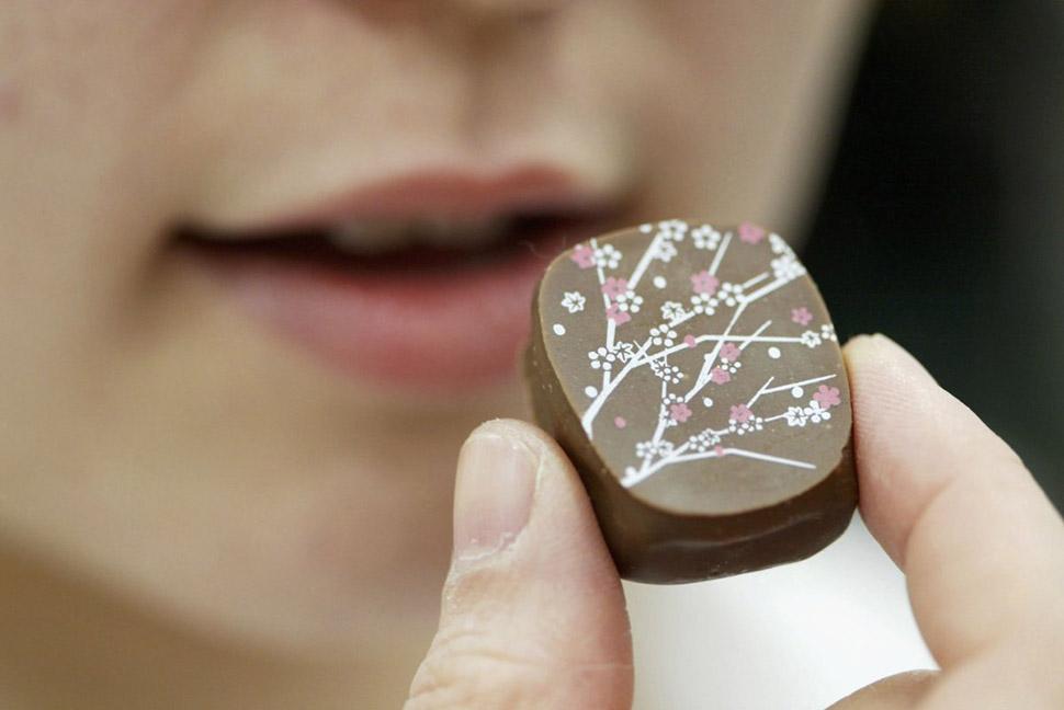 Дарите бортпроводникам шоколад. Стюардессы привозят друг другу конфеты, когда летают не по работе. О