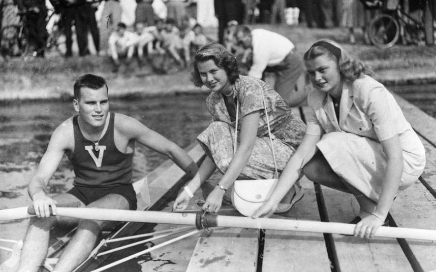 1. 1948 год. Американская актриса Грейс Келли со своей сестрой Элизабет желают удачи своему брату, п