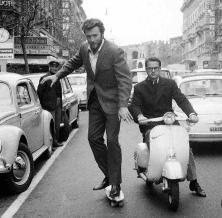 Клинт Иствуд катается на скейте в Риме в 1964 году.