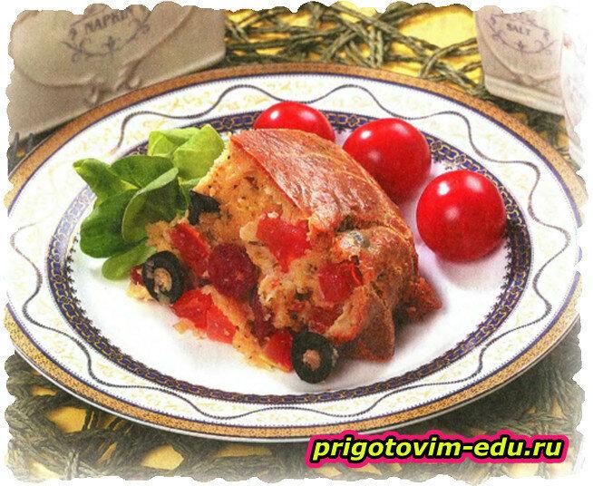 Кекс с копчеными колбасками и помидорами