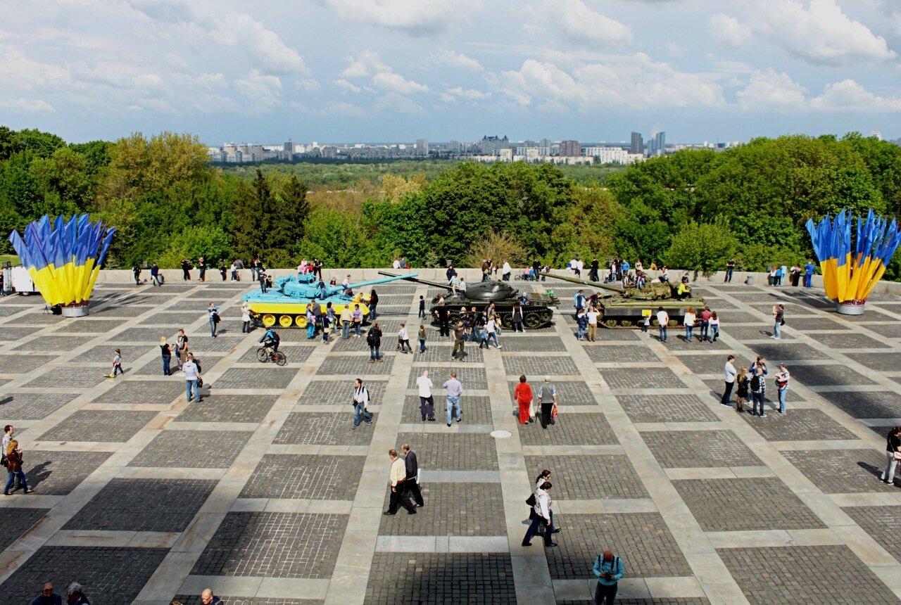 Площадь у подножия монумента Родина-Мать