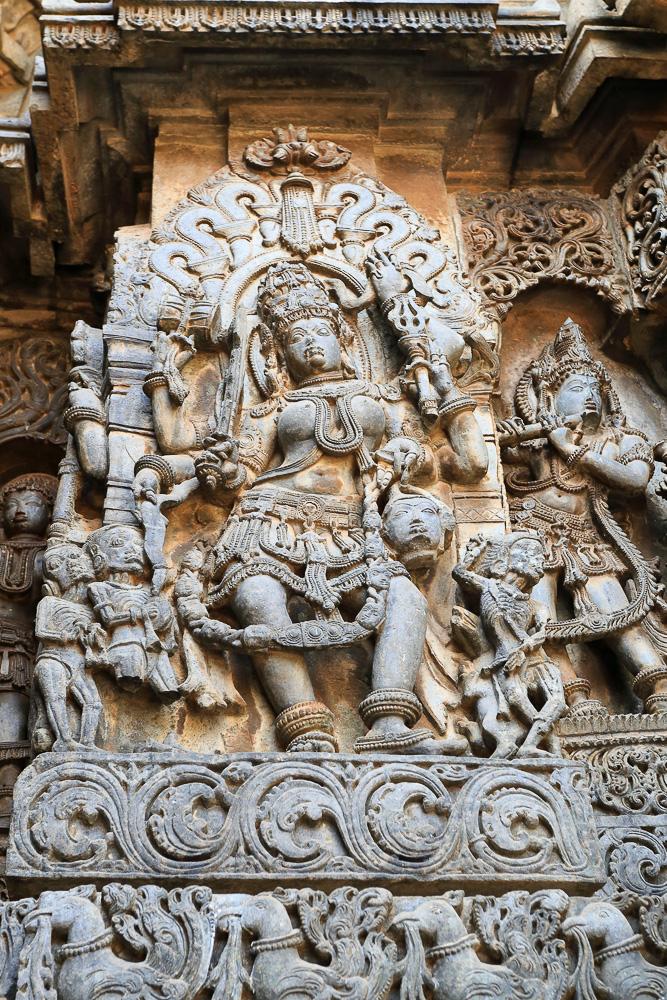 Фото №7. Храм Хойсалешвара (Hoysaleshwara Temple). Барельеф богини Кали, а справа – Кришна играющий на флейте. Отчеты об экскурсии в Халебид, штат Карнатака в Индии. Canon 17-40, 1/30, 0 eV, f 6.3, 40mm, ISO 640
