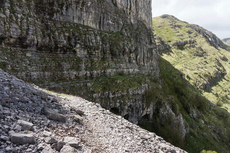 тропа под скалами в ущелье Мегас Лаккос (Megas Lakkos)