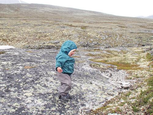 ребенок бегает по камням