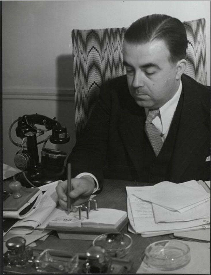 1932. Терьяд (франко-греческий художественный критик и издатель) в своем кабинете