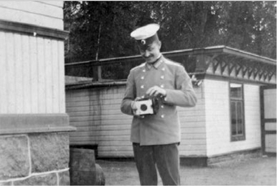 Густав Маннергейм практикуется в фотографии в Финляндии как раз перед отъездом на секретную военную миссию в Китай
