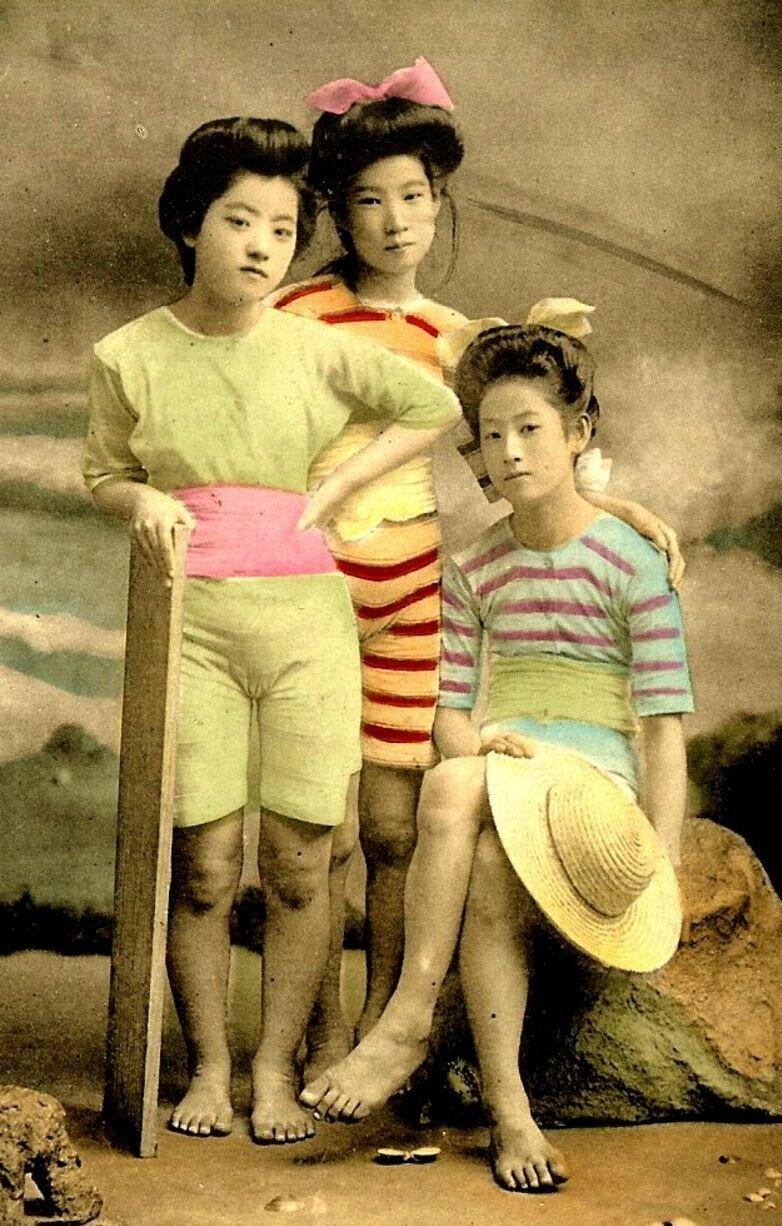 Японки в купальных костюмах
