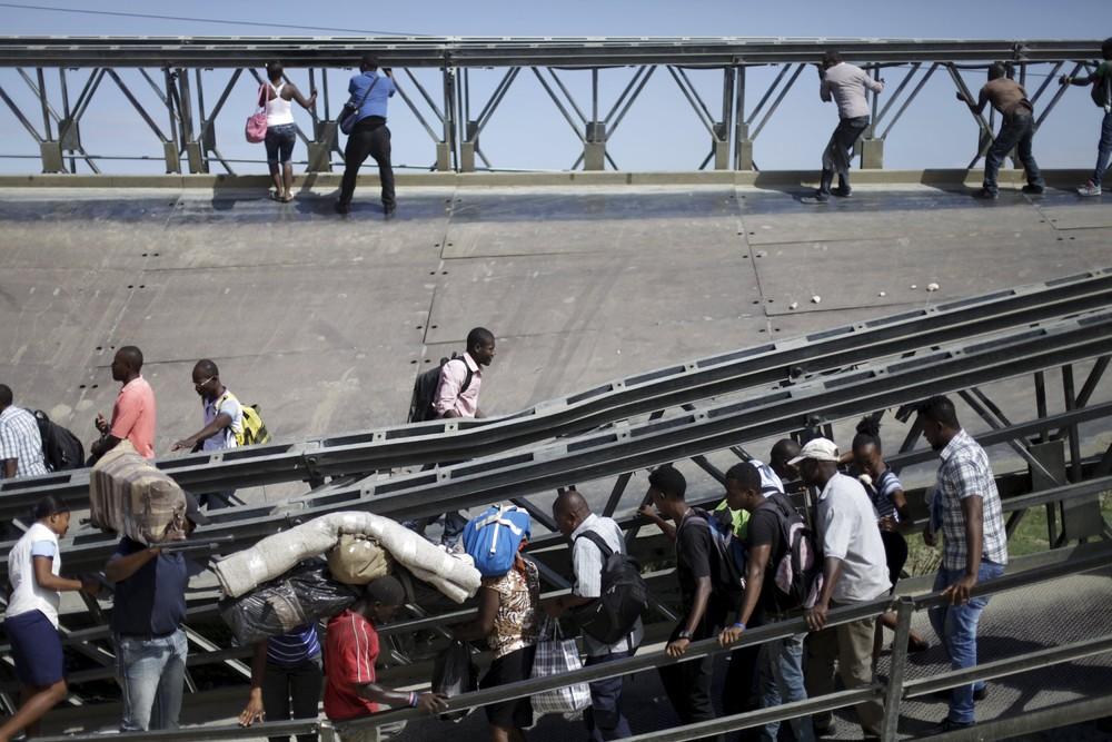 Опасная переправа по рухнувшему мосту в Гаити