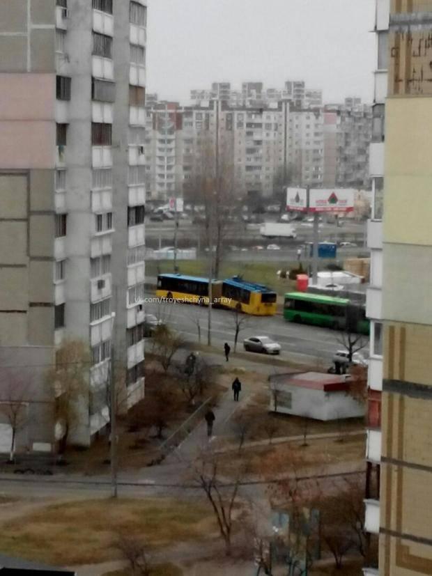 В Киеве троллейбус разломился напополам (фотофакт)