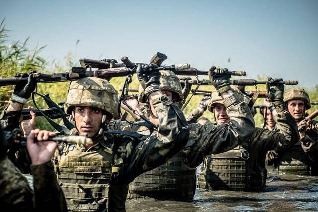 Более сотни украинских морпехов прошли экзамен на получение черных беретов, - ВМС. ФОТОрепортаж