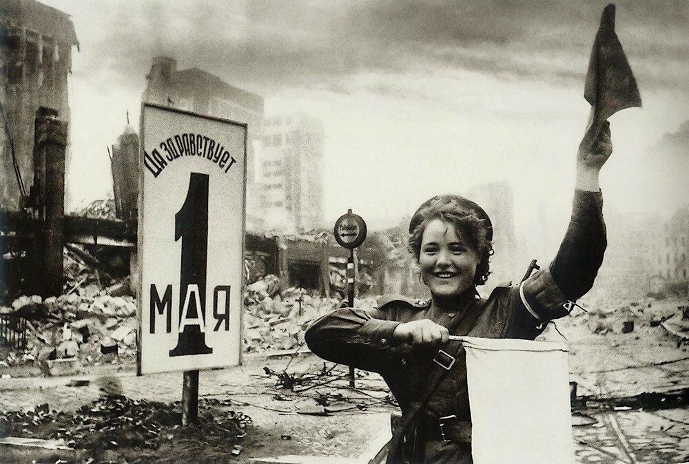 Регулеровщица Мария Шальнева в Берлине, 2-е мая 1945 г..jpg