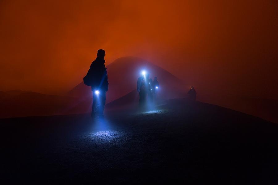 24. Туристы возвращаются с действующего кратера вулкана Толбачик.