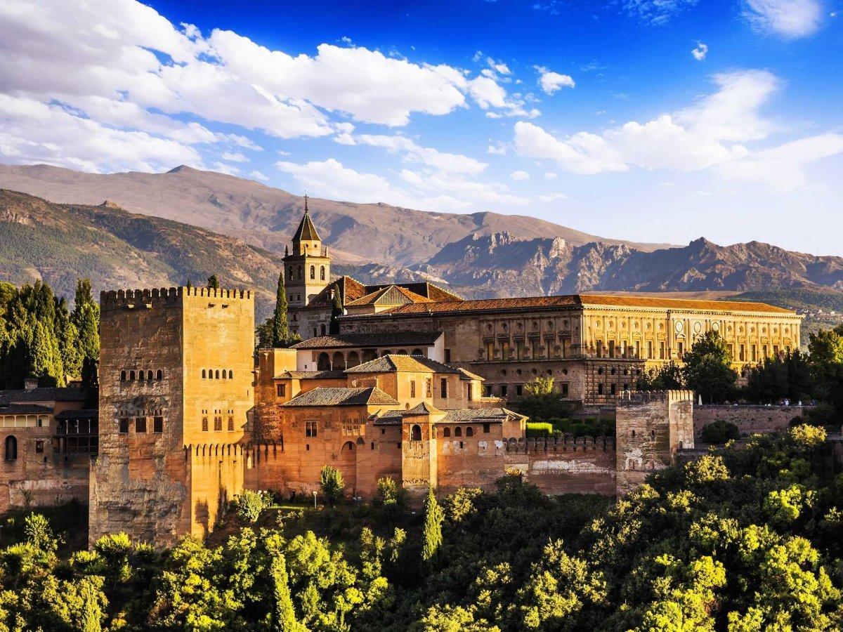 Городок Гранада в испанском регионе Андалусия известен архитектурно-парковым ансамблем Альгамбра — X