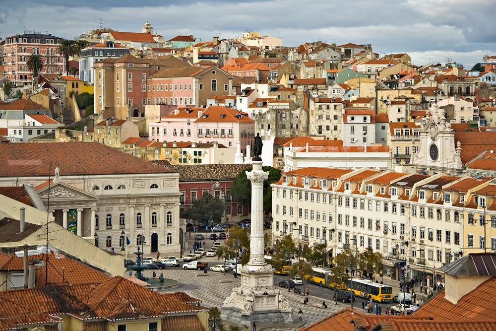 8. Над столицей Португалии возвышается огромный замок святого Георгия.