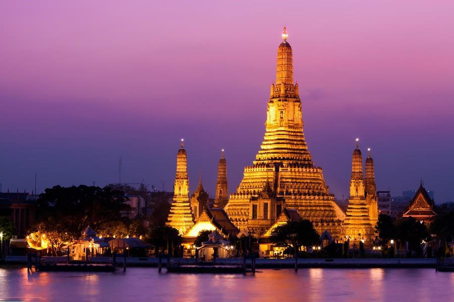 17. В Бангкоке — прекрасные буддистские храмы и удивительная ночная жизнь.