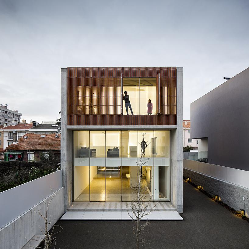 Дом с фасадом из деревянных реек в Португалии (15 фото)