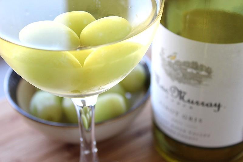 Белое вино можно охладить замороженным виноградом. Так вкус вина не станет водянистым.