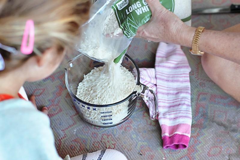 Рис в носке — отличное тепловое средство от боли.