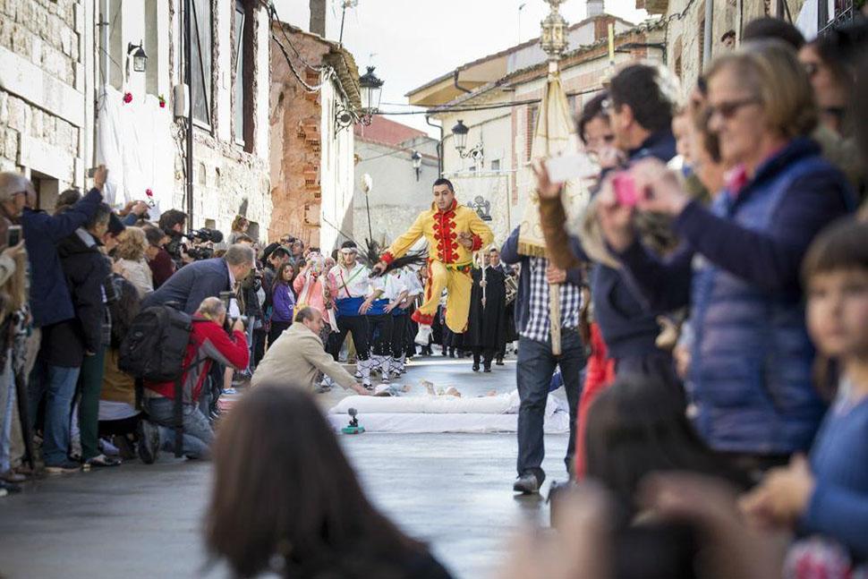 Зачем испанцы наряжаются демонами и прыгают через младенцев (25 фото)